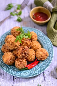 Very quick to roll up, Sooji Bombs are made using onions, chilli powder, kasuri methi, paneer, cheese and sooji. Serve them with chutney or ketchup.