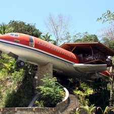 El Avion es un Restaurante en Manuel Antonio, Costa Rica.     The seafood is good, I enjoyed Calamari while here and it was much better than what you get in the Midwest!