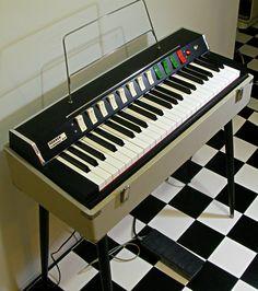 アコーディオン、ハーモニカメーカーとして知られるドイツHohner社が1960年代末に発売したコンボオルガン。発音方式にネオンランプを使ったネオン管発振式...