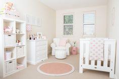 meubles et décoration chambre bébé fille en rose pastel et blanc