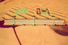 * Cuaderno A5 * (11 cm x 17,8 cm)  -Tapa dura, forrada con papel de encuadenación estampado -Encuadernado con costura Copta -80 HOJAS BLANCAS -Cierre de elástico  *Pedidos a:  ♥ carolia@outlook.com   *Mi página: https://www.facebook.com/CaroliaDisenos