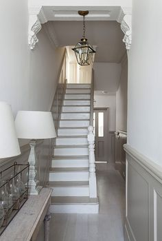 Modern Country Style: The Best Paint Colours For Small Hallways Click through fo. - Modern Country Interiors - Modern Country Style: The Best Paint Colours For Small Hallways Click through for details. Victorian Hallway, Flur Design, Hallway Inspiration, Design Inspiration, Modern Country Style, French Country, Stair Landing, Landing Decor, Hallway Designs