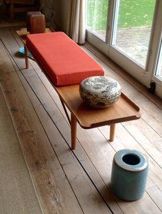 Interiører fra Finn Juhls House - sofabordet vårt er palisandertre. Benk bak sofa kan kanskje ha matchende tresort?
