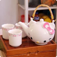 hello kitty tea set.. this is so lovely.. gotta have this set