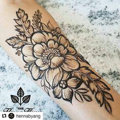 #follow@hennafamily #hennafamily #Repost @hennabyang Pretty as a petal Done in 50% jagua henna.