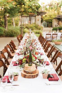 Jardín encantado con unas hortensias, botellas de vino y cortezas de árbol. #BodasJardinEncantado
