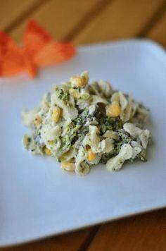 Zdjęcie: Sałatka brokułowa, Składniki: - 1/2 opakowania makaronu lubella farfalline - 4 ogórki konserwowe - około 3 cm pora (biała część) - 1/2 puszki kukurydzy - pół brokuła - pieprz - sól - majonez do smaku (około łyżka, dwie) Makaron gotujemy w osolonej wodzie al dente. Z brokułem robimy dokładnie to samo. Gotujemy tak, by nie był za miękki, ale też nie zbyt twardy. Ogórki kroimy w kostkę, por także. Kukurydzę odsączamy. Do makaronu dodajemy, brokuła, którego dzielimy na mniejsze… Healthy Cooking, Cooking Recipes, Healthy Recipes, Healthy Food, Salad Dressing Recipes, Appetisers, Salad Bowls, Coleslaw, Italian Recipes