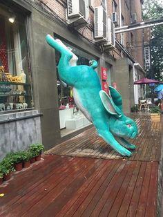 Bunny statue in Beijing! Rabbit Sculpture, Art Sculpture, Animal Sculptures, Rabbit Run, Bunny Rabbit, Beautiful Rabbit, Some Bunny Loves You, Bunny Art, Funny Bunnies
