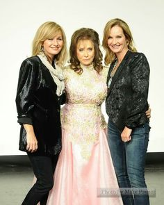 Loretta with her twin daughters Peggy & Patsy Country Music Artists, Country Music Stars, Country Singers, Dolly Parton Kenny Rogers, Johnny Cash June Carter, Classic Country Songs, Bret Michaels, Billy Ray Cyrus, Patsy Cline