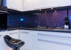 PONUKA Nami ponúkané tovary aslužby môžeme rozdeliť do nasledujúcich skupín:   Interiérové sklo (schody, zrkadlá, sprchovacie kúty, sklenené podlahy zábradlia apod.)  Exteriérové sklo (izolačné sklo, sklenené konštrukcie, zábradlia, prístrešky)  Kovania na sklo (na kalené sklo, na nábytok)  Spracovanie apredaj skla (rôzne druhy skla avšetky druhy spracovania)  Chemické prostriedky na spracovanie aošetrovanie skla (nátery na sklo, živice