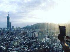 ホテルの部屋から見える台北101🗼 ・ 29階の窓ガラスが汚いのがざんねーん💧 ・ #taipei #台北 #台北101  #台湾  #taiwan #trip #旅行 #食べ歩き #photography #鼎泰豐 #小籠包 #炒飯 #サンラータン #happy #travel #instalike #photooftheday #綺麗 #special_spot_ #travelgram #instagood #instafood