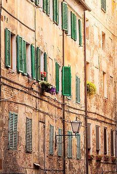 Fachadas de edificios en el casco antiguo de Siena, Italia.