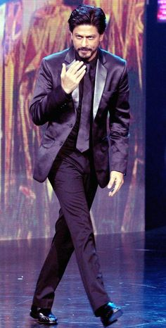 Shah Rukh Khan greets the audience at IIFA #Bollywood #Fashion