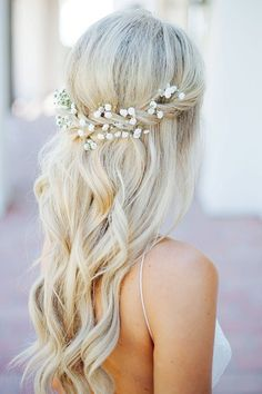 Half-up with interwoven baby's breath. Get this and more gorgeous wedding hairstyle ideas here. #hairstylesrecogido