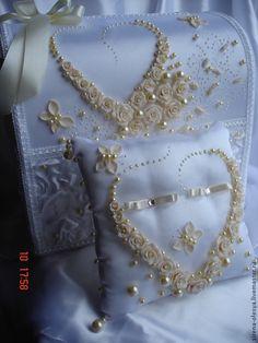 """Купить Свадебный комплект айвори """"Сердечко"""" - белый, свадебные аксессуары, казна для денег, казна свадебная Wedding Ring Cushion, Wedding Pillows, Ring Bearer Pillows, Ring Pillows, Wedding Boxes, Wedding Cards, Ring Holder Wedding, Wedding Rings, Bridal Brooch Bouquet"""