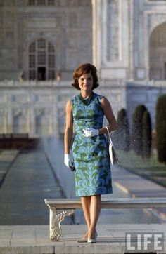 One of my all time favorite First Ladies. I wish more of us had her sense of style and grace ~ ~ ~ Jackie: The regal and elegant First Lady Jacqueline Kennedy poses on the grounds of the Taj Mahal during her tour of India ~ March 1962 Jacqueline Kennedy Onassis, Estilo Jackie Kennedy, Les Kennedy, Jaqueline Kennedy, Carolyn Bessette Kennedy, John Kennedy, Jackie Jackie, Jacklyn Kennedy, First Ladies