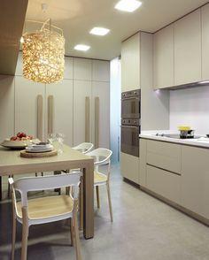 Molins Interiors // arquitectura interior - cocina - mesa - sillas - mobiliario - lámpara decorativa