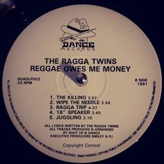 #nowspinning The Ragga Twins - Reggae Owes Me Money. Shut Up And Dance Records: SUAD LP2 (1991). Classic album right here. Every track is a classic in its own right. Bass heavy breakbeat with a dancehall flavour. Went for side 2 as Wipe The Needle samples the previous post and after pitching KLF up to 8 it mixes in most well. Not the best pressing though pretty quiet but you can get them all on 12's. #breakbeat #hardcore #dancehall #raggatwins #suad #shutupanddance #vinyl #vinyljunkie…