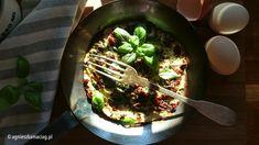 Świetny omlet z suszonymi pomidorami i ziołami – idealny na niedzielne śniadanie!