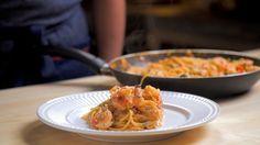 Receita com instruções em vídeo: A procura de uma receita fácil, rápida e gostosa? Experimente essa de espaguete com camarões ao molho rosé! Ingredientes: 3 colheres de sopa de manteiga, 1 cebola picada, 2 dentes de alho picados, 500g de camarão médio limpo, 1 xícara de tomate pelado, Sal a gosto, Noz moscada a gosto, 1 caixinha de creme de leite, 200g de macarrão spaghetti  pré cozido, 3 colheres de sopa de salsinha picada