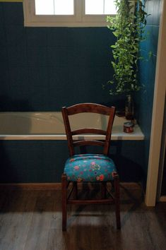 Tuto chaises ou comment retapisser une chaise en paille ou autre... - mes nuits claires Chaise Diy, Furniture Decor, Dining Chairs, Bridge, Home Decor, Houses, Spaces, Chair Makeover, Hobby Lobby Bedroom