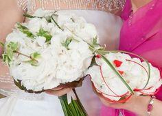 white&red bouquet - love theme - little red heath in a hydrangeas bouquet;  bouquet di ortensie con piccoli cuori per un matrimonio a  tema Amore