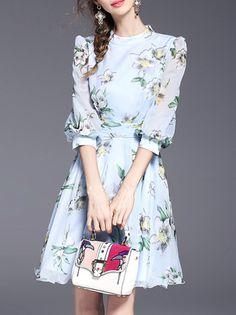 Синее модное платье с цветочным принтом