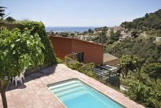Villa indépendante moderne avec piscine privée, cuisine, plusieurs terrasses et vue splendide sur la Méditerranée.