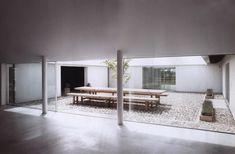 En el sur de Suecia, sobre un antiguo complejo agrícola se erige la Baron House del arquitecto británico Jhon Pawson.Siempre nos ha atraído la idea del patio en una vivienda, un espacio agradable, intimo, fresco, a cobijo del viento. Es además un elemento interesante para el ahorro energético de los edificios ya que permite la …