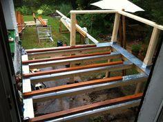 Erh hte terrasse aus bangkirai mit holztreppe und au entreppe terrasse pinterest erh hte - Holztreppe garten bauanleitung ...