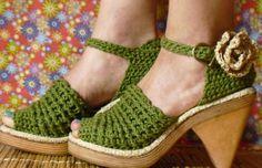 Materiales:  150 g de hitado de algodón de 4 hebras color fucsia.  Crochet N° 2.  Procedimiento:  Se confeccionan sobre la base de suela o g...