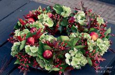 Foto's - www.artdelafleur7.nl  Onderwerp 2 herfstkrans , krans , Hydrangea , Hedra , Eikenblad , Appeltjes , mos Rozenbtteltjes. Moss , Autumn , Fall ,Wreath  , Appels , berries , red leaves Made by Geri !! @   Art de la Fleur , moss