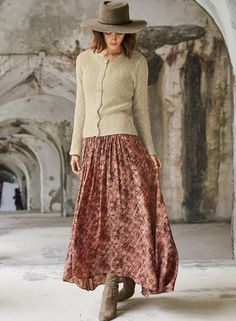 Amazing Winter Maxi Skirt Outfit Ideas For Stylish Girls To Try - Maxi dresses have been around since the This particular cut was said to have been the brainchild of Oscar de la Renta. It first debuted in 1968 . Maxi Skirt Outfits, Dress Skirt, Maxi Dresses, Look Fashion, Autumn Fashion, Vintage Winter Fashion, Hippie Fashion, Mode Outfits, Fashion Outfits