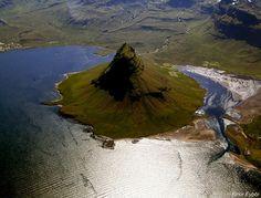 Kirkjufell mountain seen from above, west of Grundarfjörður, Iceland (by lundur).