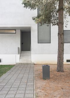 Meisterhäuser in Dessau by Walter Gropius and the modern interpreted New Masters' Houses by Bruno Fioretti Marquez. Walter Gropius, Classical Architecture, Landscape Architecture, Bauhaus, Lebbeus Woods, Old Abandoned Houses, Toyo Ito, Norman Foster, Architectural Sketches