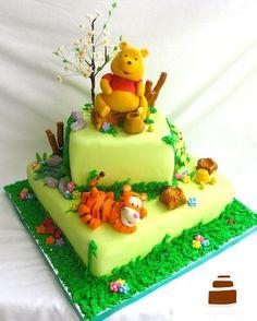 Winnie the Pooh Birthday Cake Mehr Winnie Pooh Torte, Winnie The Pooh Birthday, Fancy Cakes, Cute Cakes, Fondant Cakes, Cupcake Cakes, Rodjendanske Torte, Friends Cake, 1st Birthday Cakes