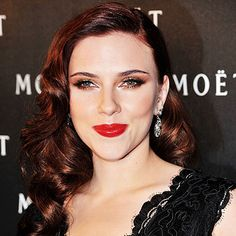 Scarlett Johansson is very famous and very much favorite actress in the Hollywood. Scarlett Johansson adopted the Old Hollywood Hairstyle. She makes the brilliant hair style and adopted few years … Old Hollywood Waves, Old Hollywood Hair, Hollywood Glamour, 40s Hairstyles, Wedding Hairstyles, Scarlett Johansson Hairstyle, Viejo Hollywood, Auburn Hair, Wavy Hair