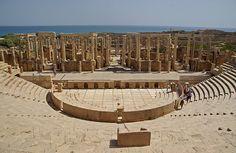 Teatre romà (orquestra i escena), Lepcis Magna    Stage (proscaenium and frons scaenae) and orchestra, Roman theatre, Lepcis Magna, Libya.