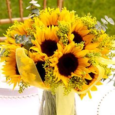 Wedding Flower Ideas: Tips For Choosing Your Bridal Bouquet - Wedding Flowers - Sunflower Wedding Centerpieces, Yellow Wedding Flowers, Sunflower Bouquets, Wedding Table Decorations, Wedding Flower Arrangements, Fall Flowers, Floral Centerpieces, Yellow Flowers, Floral Arrangements
