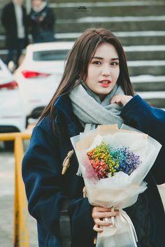 (2) Twitter South Korean Girls, Korean Girl Groups, Kim Chungha, School Uniform Fashion, Jung Chaeyeon, Choi Yoojung, Jeon Somi, Korean Celebrities, Famous Women