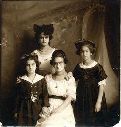 Frida (derecha.) con sus hermanas. Fotografía de Guillermo Kahlo.