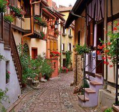 Eguisheim - França -  É uma aldeia em Alsácia, no nordeste da França. A vila é um membro da Les Beaux. É uma  das mais belas aldeias da França, um destino turístico muito popular. É agradável passear nas ruas estreitas, a luminosidade varia de acordo com a temporada e destaca o colorido de casas.
