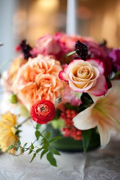 shades of orange and red for wedding table flowers