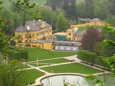 Rzut okiem na Hellbrunn z punktu widokowego nad pałacykiem.