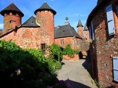 Collonges la Rouge (Photo Jean-Claude Gilloteaux) : à la rencontre du Quercy et du Limousin, les vieilles demeures du village bâties en grès...
