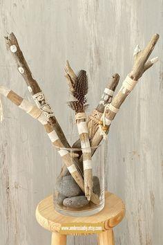 Treibholz ist ein kostbares Dekomaterial. Du kannst Treibholz kaufen oder sammeln. Jede Menge Treibholz Ideen gibt es hier. Treibholz eignet sich perfekt für Makramee Deko. Die Treibholz Deko kann hängend sein, du kannst es bemalen oder umwickeln mit Garn. Treibholz Deko / Treibholz Dekoration / Treibholz kaufen / Treibholz Ideen / Treibholz DIY / Treibholz Deko Hängend / Treibholz Deko kaufen / Treibholz Deko Ideen White Acrylic Paint, White Acrylics, Driftwood Macrame, Diy Wood Signs, Festival Wedding, Boho Look, Wood Art, Boho Decor, Diy Wedding