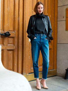 camisa de couro com calça jeans