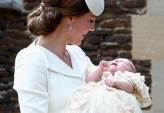 Royale Taufe: Prinzessin Charlotte, neun Wochen alte Tochter von Prinz William und seiner Frau Kate, ist am Sonntag getauft worden. Mehr Bilder des Tages auf: http://www.nachrichten.at/nachrichten/bilder_des_tages/ (Bild: EPA)
