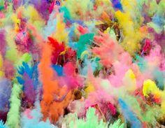Un grupo de personas lanza al aire polvos de color durante las celebraciones del festival de Holi en Berlín. (© REUTERS/Thomas Peter)