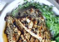 C'est une recette très simple avec une fabuleuse marinade afin de cuisiner des poitrines de poulet herbes et citron sur le BBQ! Miam :)